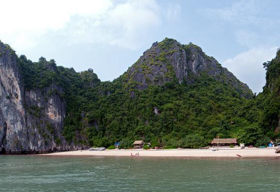 Bãi tắm trên vịnh Lan Hạ